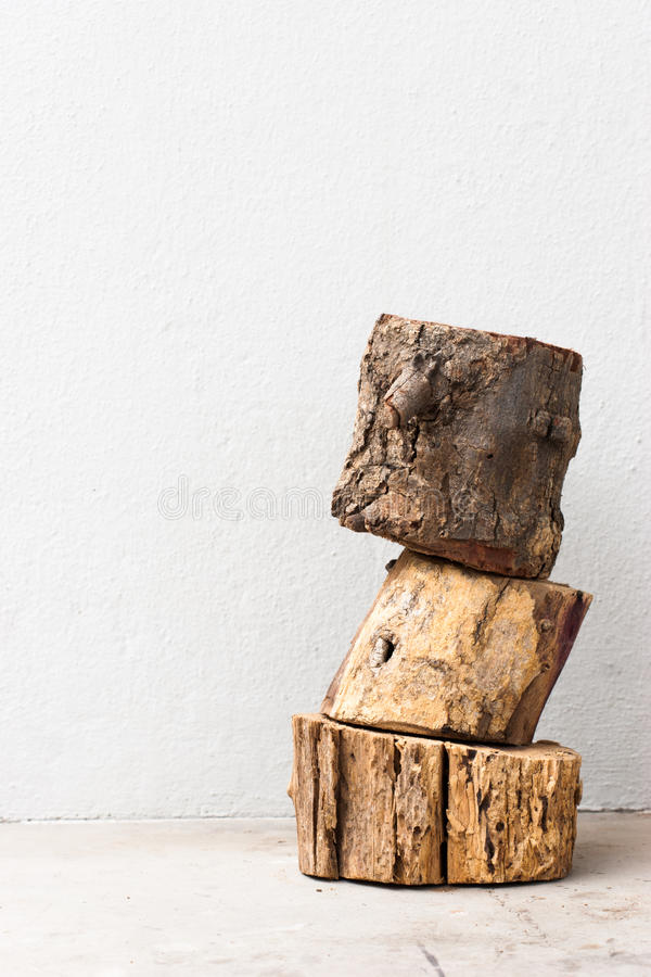 Вертикаль штабелированная древесиной стоковые изображения rf