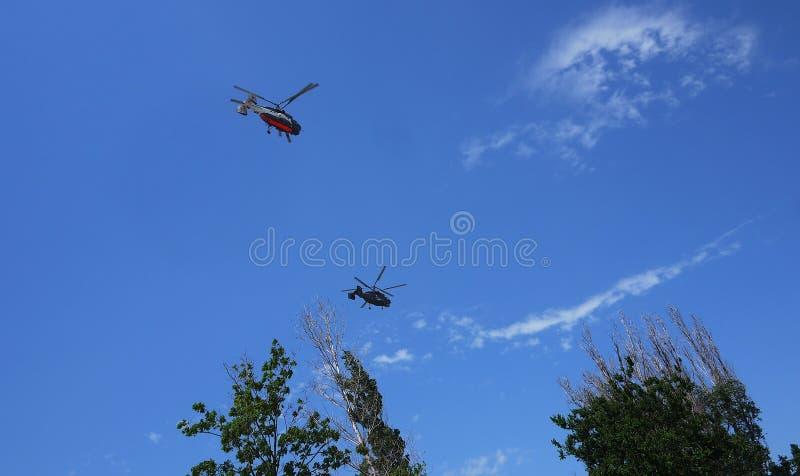 2 вертолета летают в воздух стоковые фото
