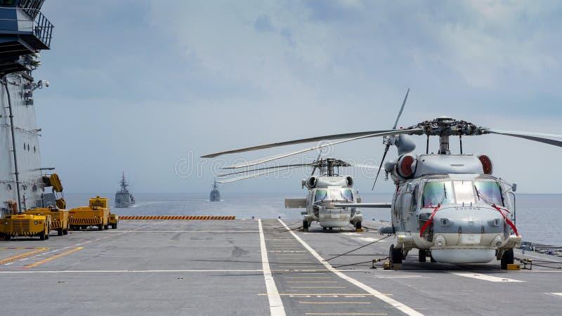 Вертолеты хоука моря Sikorsky S-70B королевского тайского военно-морского флота паркуют на палубе вертолета авианосца HTMS Chakri стоковые изображения rf