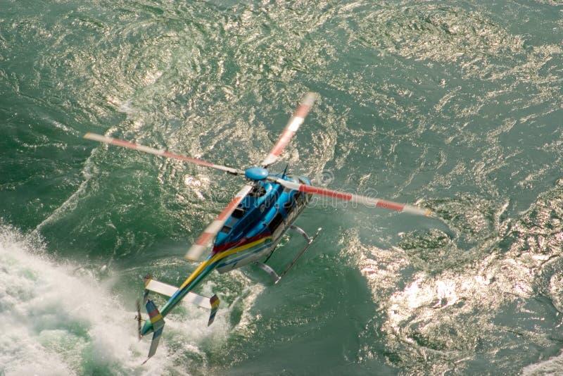 вертолет летания низкий стоковое фото