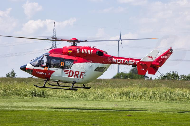 Вертолет машины скорой помощи спасения воздуха в полете стоковое изображение