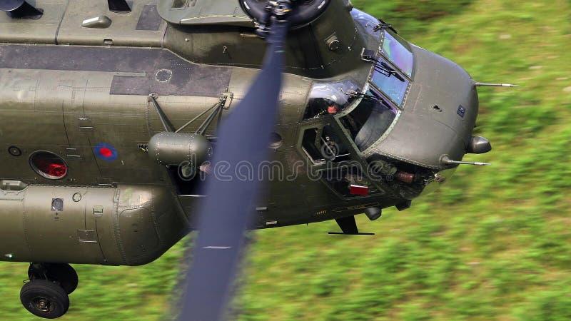 Вертолет перехода чинука Боинга CH-47F в полете стоковое изображение