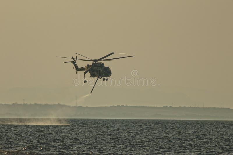 Вертолет пожарного над Средиземным морем стоковые фотографии rf