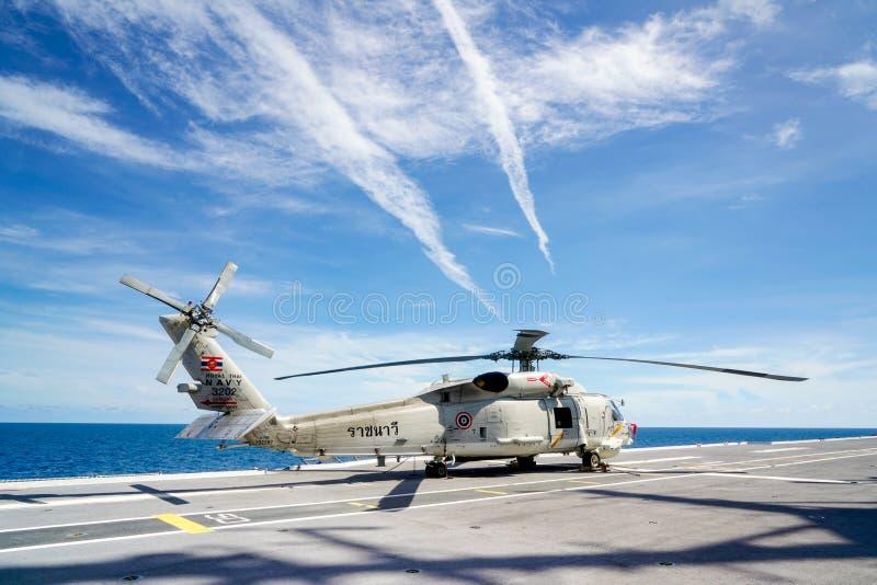 Вертолет хоука моря Sikorsky S-70B королевского тайского военно-морского флота паркует на палубе вертолета авианосца HTMS Chakri  стоковая фотография rf