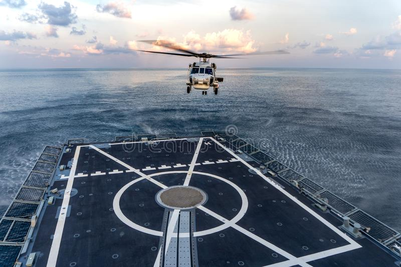 Вертолет Sikorsky MH-60S Seahawk подготавливает приземлиться на кабину экипажа HTMS Фрегат скрытности Bhumibol Adulyadej королевс стоковые изображения rf