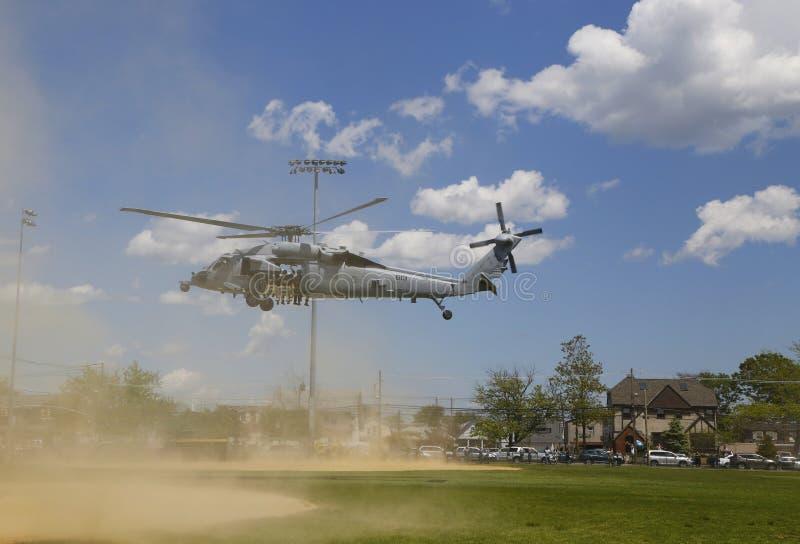 Вертолеты MH-60S от моря вертолета сражают авиаотряд 5 при команда EOD Американского флота принимая  стоковое фото rf