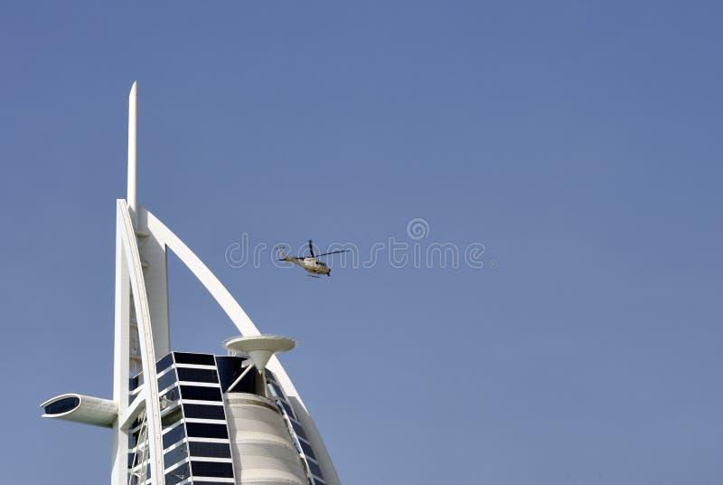 Вертолет выходя от палубы вертолета стоковое фото