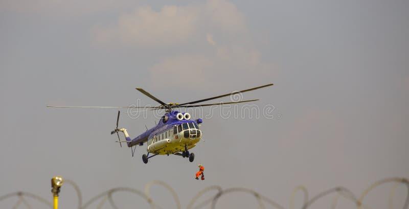 Вертолет в спасательной операции! стоковая фотография