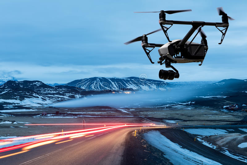 вертолет квада трутня с камерой летает над дорогой с светом автомобиля стоковые изображения rf