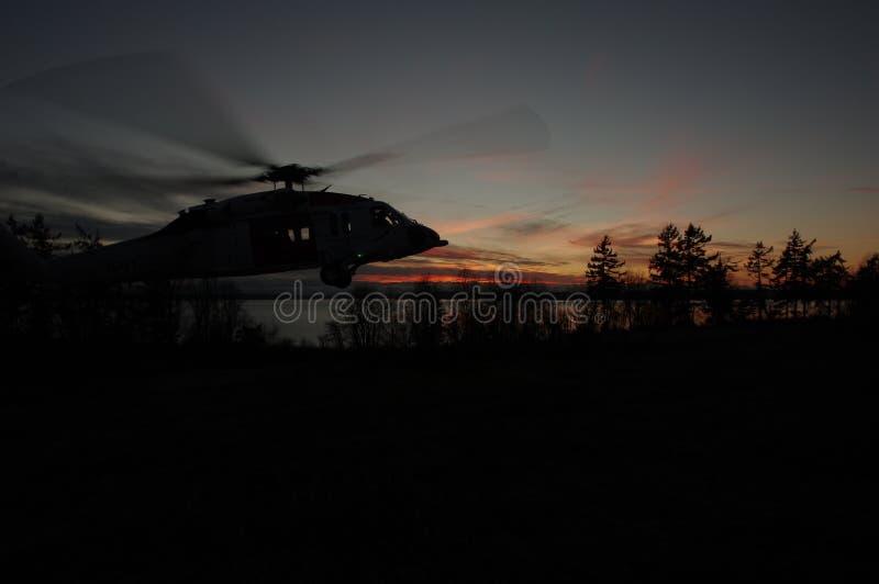Вертолет на заходе солнца стоковые фотографии rf