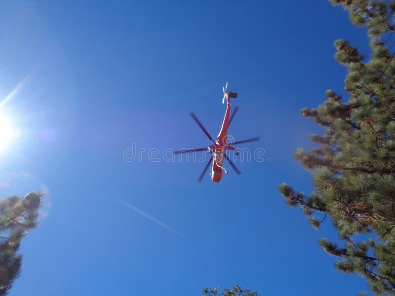 Вертолет пожаротушения внутри для съемки Refill воды надземной стоковая фотография
