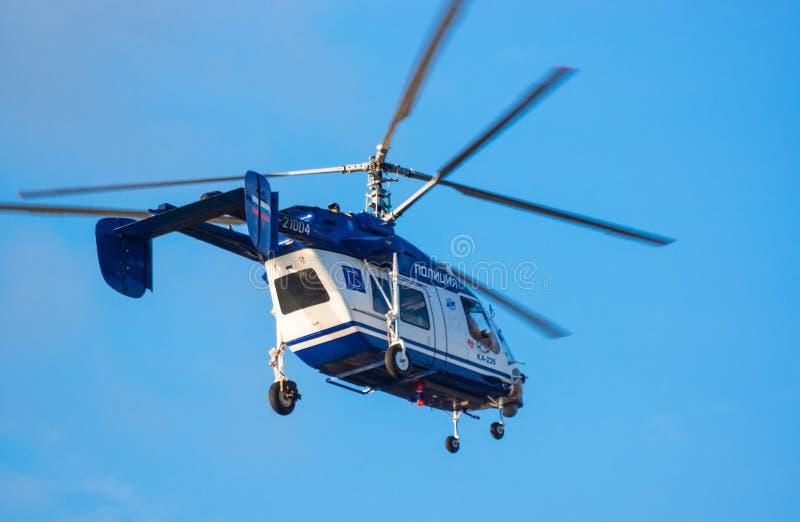 Вертолет полиции русский в небе стоковое изображение rf