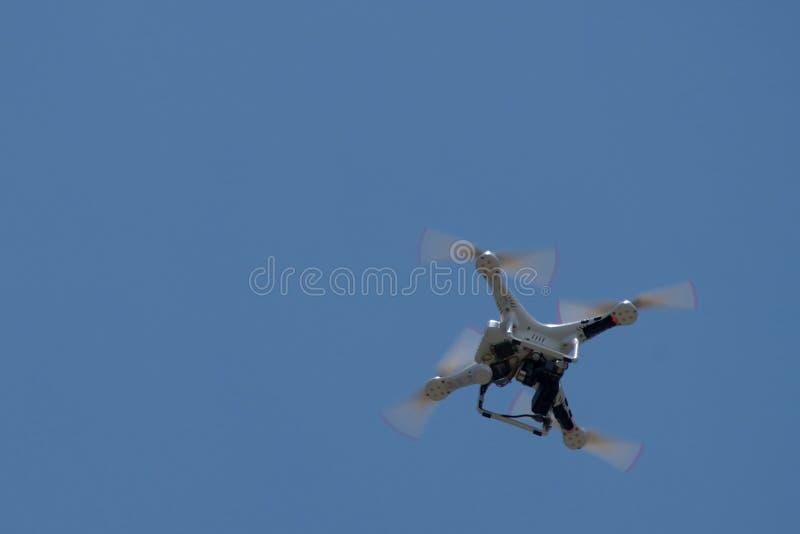 Вертолет трутня дистанционного управления завиша в небе стоковое изображение