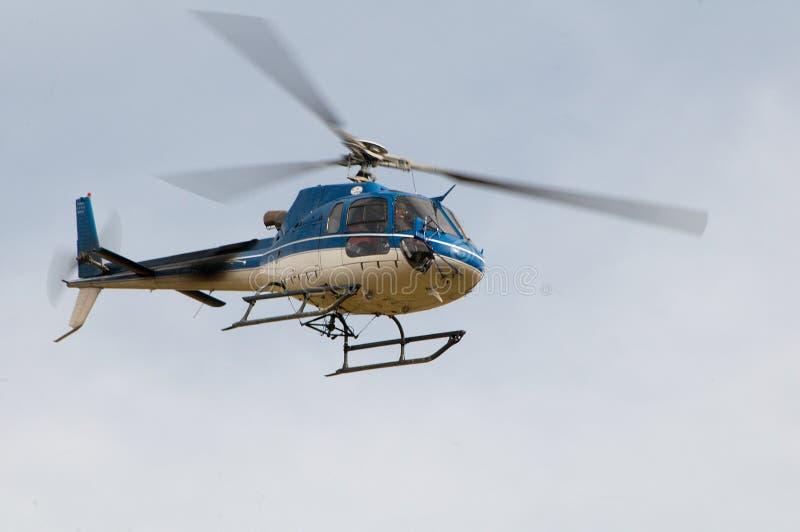 Вертолет Ecureuil AS350 B3 в полете стоковые фото
