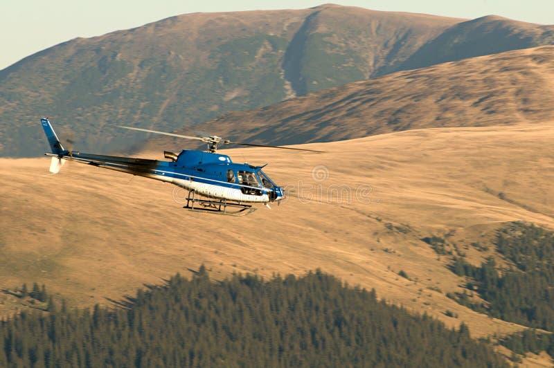 Вертолет Ecureuil AS350 B3 в полете стоковые изображения rf