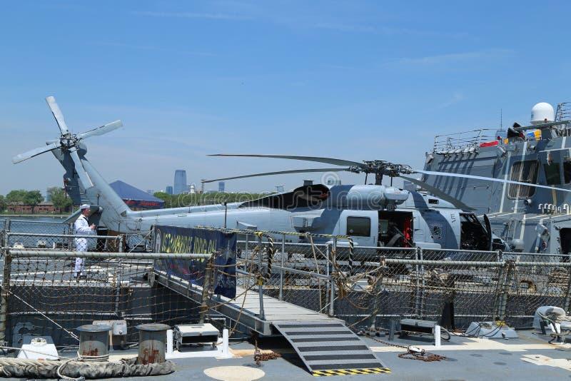 Вертолет Sikorsky MH-60R Seahawk на палубе разрушителя управляемой ракеты USS Bainbridge США во время недели 2016 флота в Нью-Йор стоковое изображение rf
