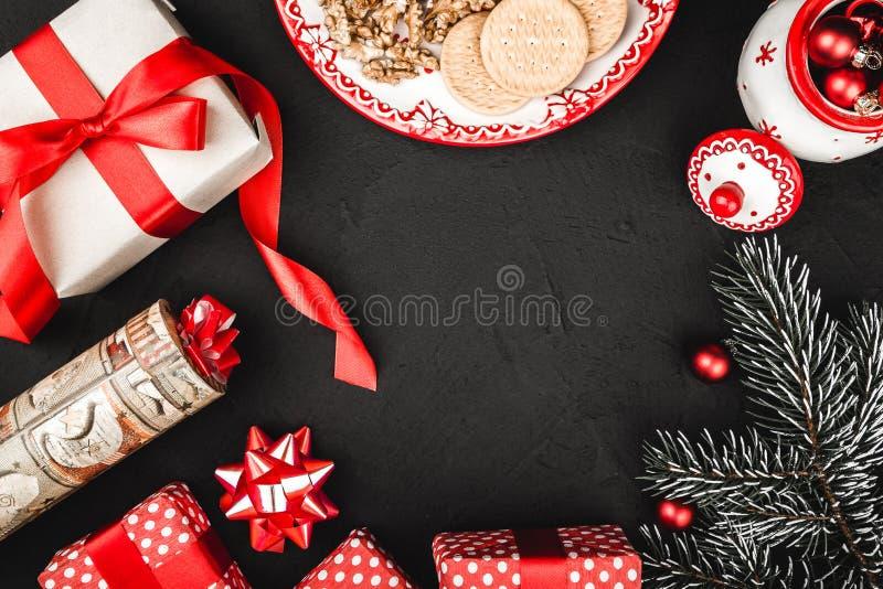 Верхнее взгляд сверху красной ленты, настоящий момент, handmade игрушка Санты и вечнозелёное растение разветвляют, бак чая и пече стоковые изображения rf