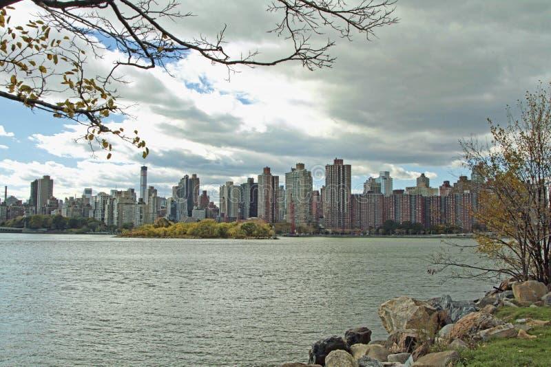 Верхнее Ист-Сайд Манхаттан, NYC на сумраке стоковое изображение