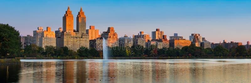 Верхние западная сторона и Central Park Резервуар Жаклина Кеннеди Onassis на зоре город New York стоковые изображения rf