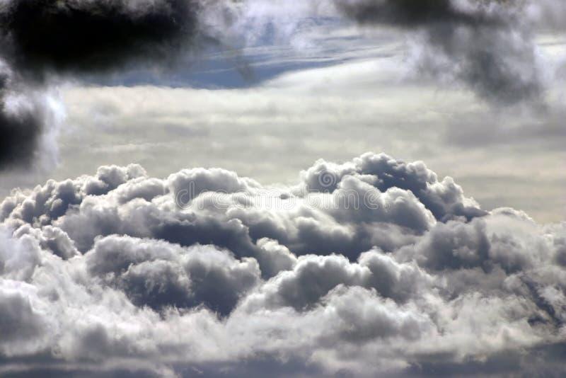 Download верхние части облака стоковое изображение. изображение насчитывающей погода - 600097
