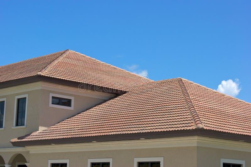 верхние части плитки крыши florida глины стоковая фотография rf