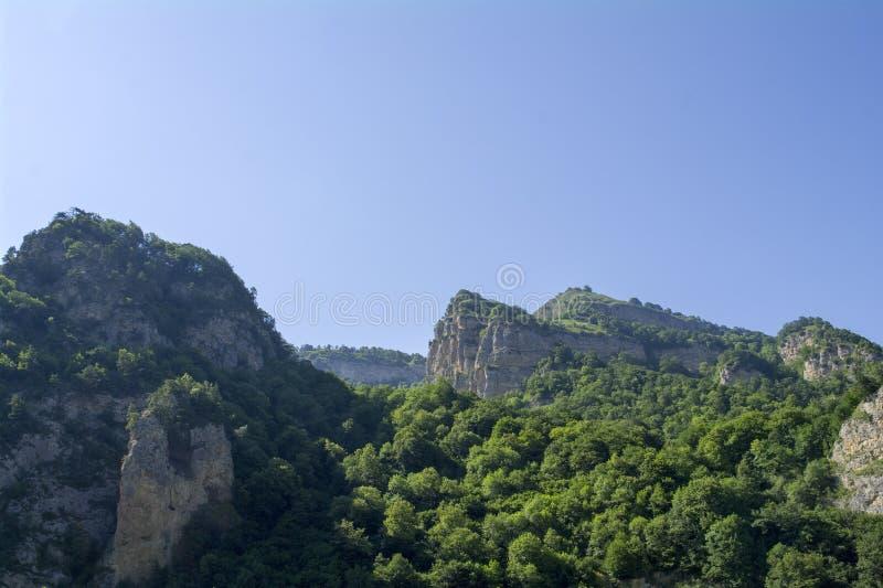 Верхние части холмов в ущелье Chegem, Кавказе, России стоковое фото