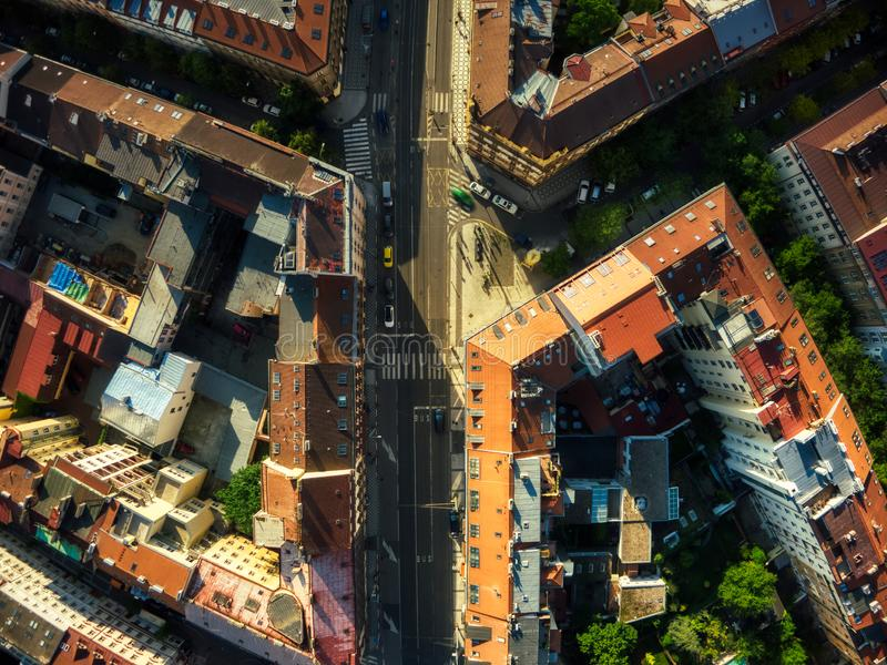 Верхний взгляд спуска улицы Праги стоковые фото