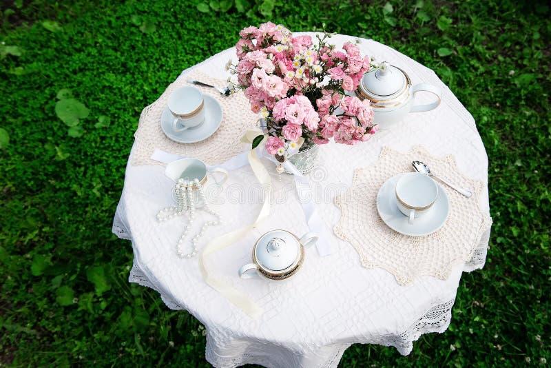 Верхний взгляд таблицы с розовым букетом стоковое фото rf