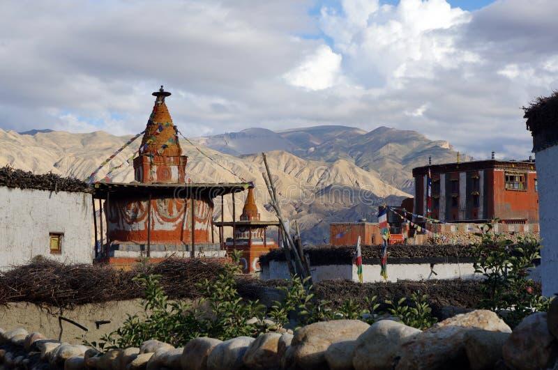 Верхний мустанг Непал Взгляд красочного chorten и буддийский монастырь в деревне Tsarang стоковое изображение