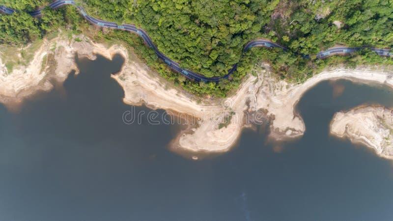 Верхний спуск от вида с воздуха трутня тропического леса с дорогой асфальта вокруг запруды стоковая фотография rf