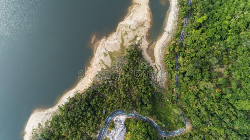 Верхний спуск от вида с воздуха трутня тропического леса с дорогой асфальта вокруг запруды стоковая фотография