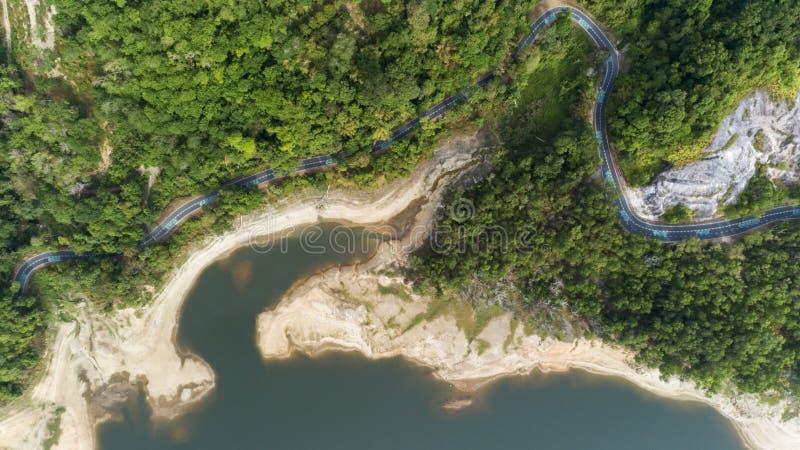 Верхний спуск от вида с воздуха трутня тропического леса с дорогой асфальта вокруг запруды стоковые изображения