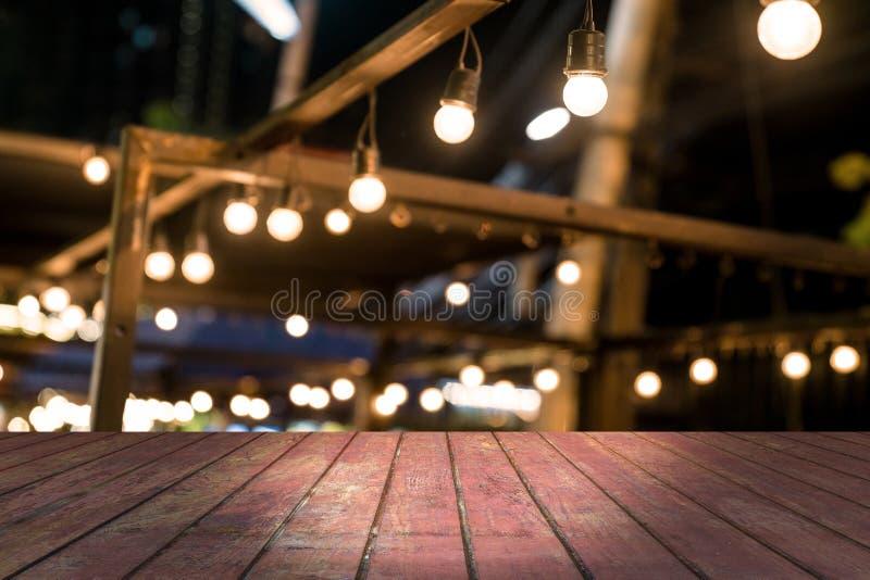 Верхний стол с размытым фоном ресторана стоковые фотографии rf