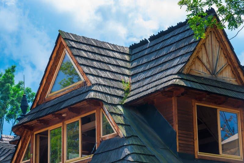 Верхний этаж дома в деревне с деревянной крышей на backgroun стоковая фотография