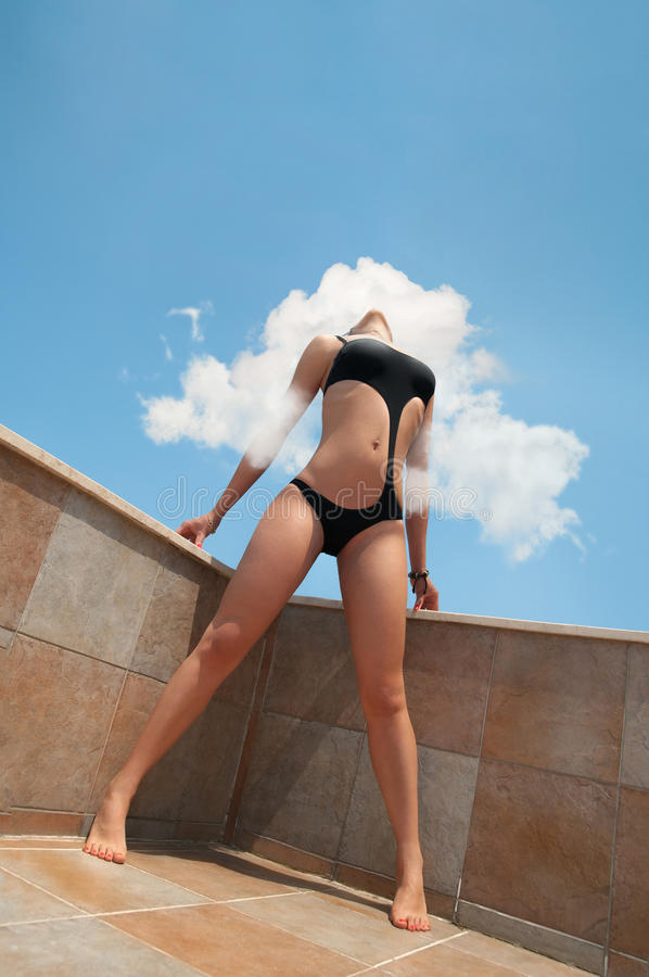 Верхняя модельная девушка бикини в облаках стоковое изображение rf
