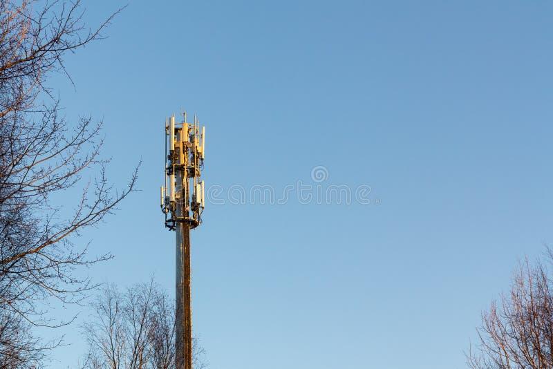 Верхняя часть башни радиосвязи против голубого неба стоковое фото rf
