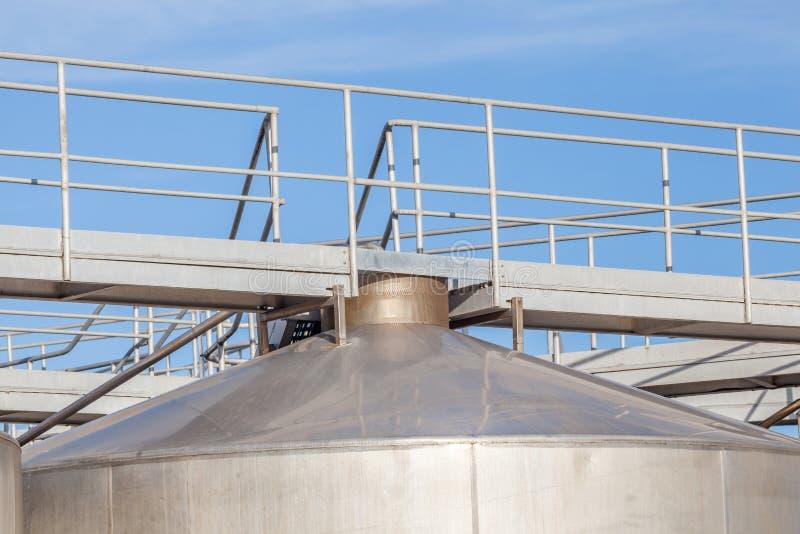 Верхняя часть большой промышленной фермы танков для нефти и нефтехранилища стоковые фото