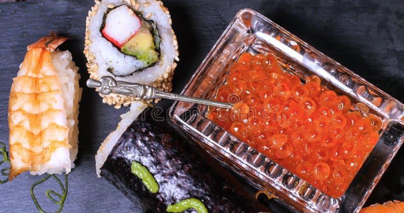 Верхняя часть вниз закрывает вверх по взгляду ассортимента японской еды: суши, nigiri, сасими стоковые изображения