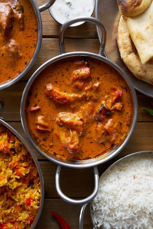 Верхняя часть вниз с изображения индийского цыпленка масла в блюде balta стоковая фотография