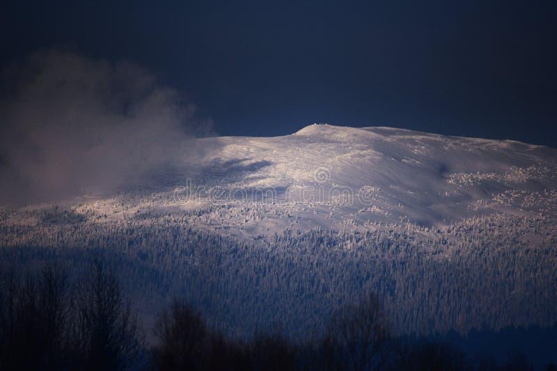 Верхняя часть горного пика стоковое изображение