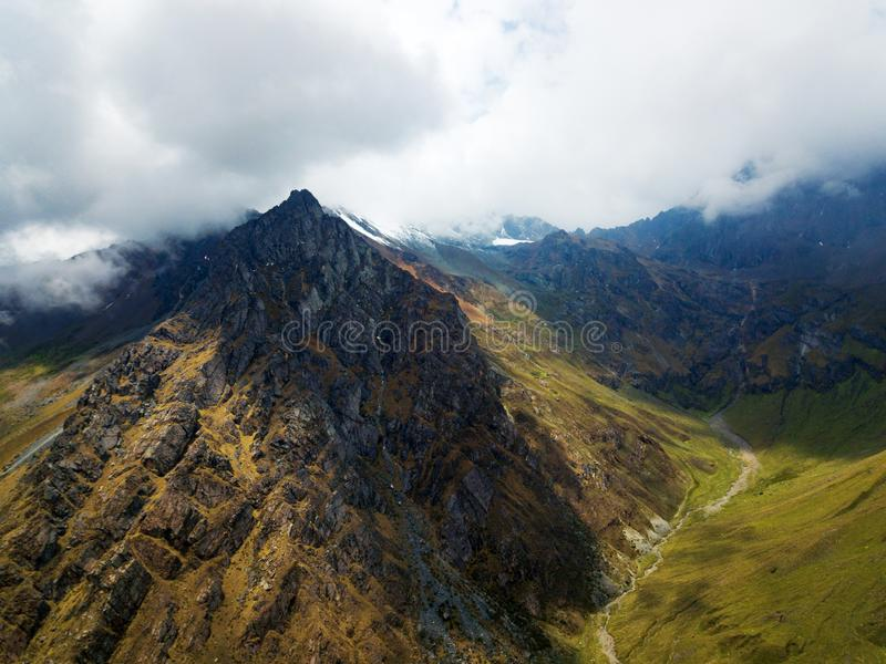 Верхняя часть горы перуанских Анд на сверх высоте 4000m стоковые фотографии rf