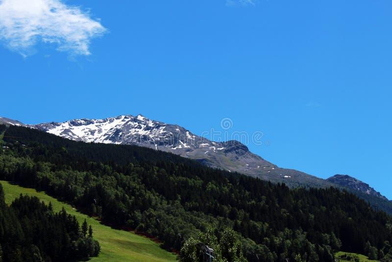 Верхняя часть горы с снегом в лете стоковое изображение