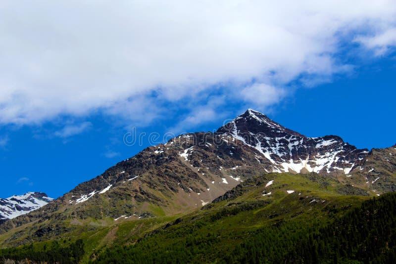 Верхняя часть горы с снежком стоковая фотография