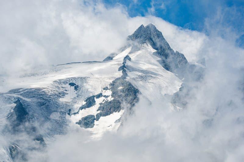 Верхняя часть горы Großglockner в тумане стоковая фотография