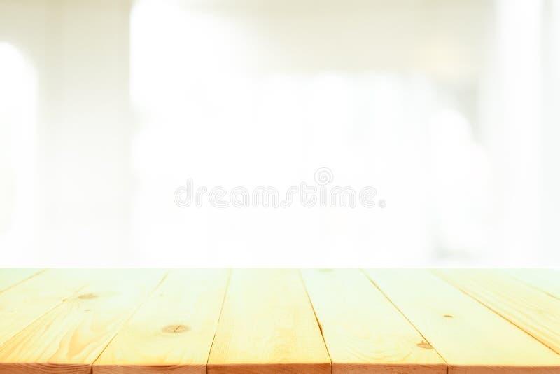 Верхняя часть деревянного стола перед запачканной предпосылкой интерьера спальни стоковое фото rf