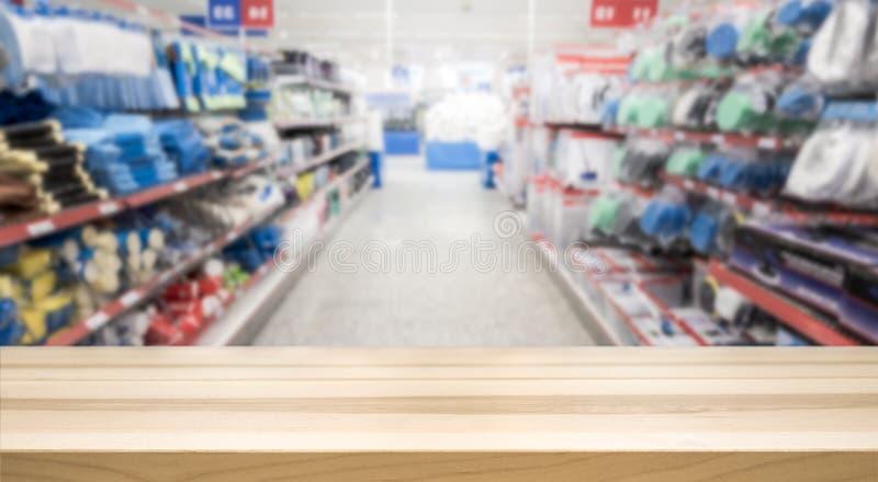 Верхняя часть деревянного стола перед запачканными оборудованием и гастрономом стоковые изображения
