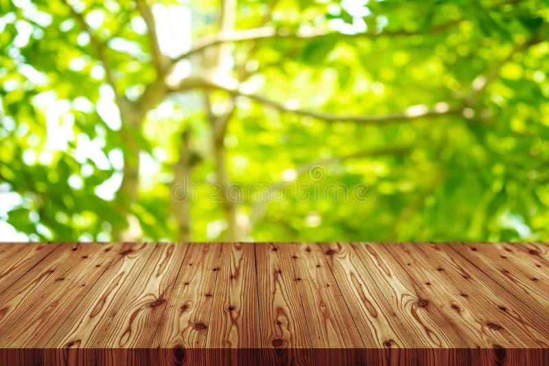 Верхняя часть деревянного стола перспективы пустая с белой предпосылкой Включая путь клиппирования для монтажа дисплея продукта и стоковое фото rf
