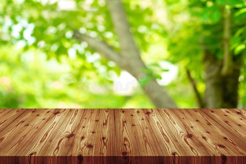 Верхняя часть деревянного стола перспективы пустая с белой предпосылкой Включая путь клиппирования для монтажа дисплея продукта и стоковое изображение rf