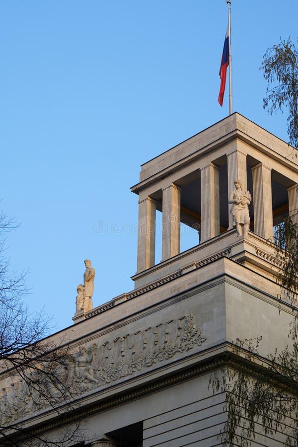 Верхняя часть здания посольства Российской Федерации стоковое фото