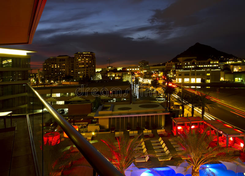 Верхняя часть крыши гостиницы с Wading бассейном и катком стоковая фотография